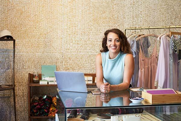 אישה מנהל חנות וירטואלית מהחנות הפיסית